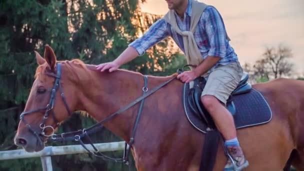 Muž mazlení koně uprostřed svézt