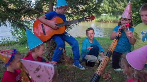 Band voller Kinder auf Outdoor-Party