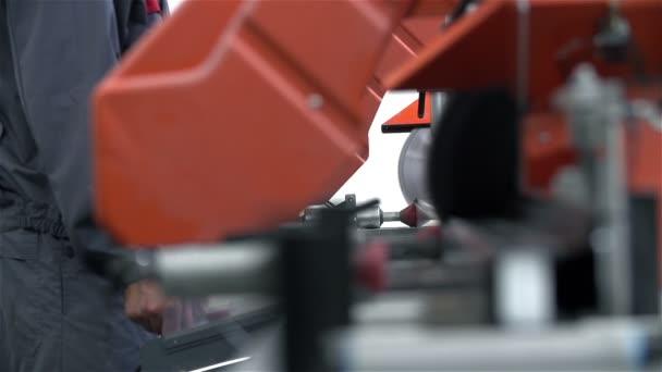 Počítač s asistencí stroj zpracovává kovový rám