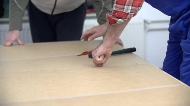 muži, montáž nábytku