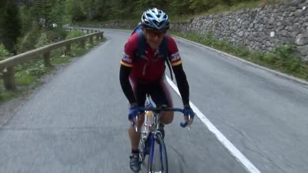 Cyklistický závod přes Slovinsko.