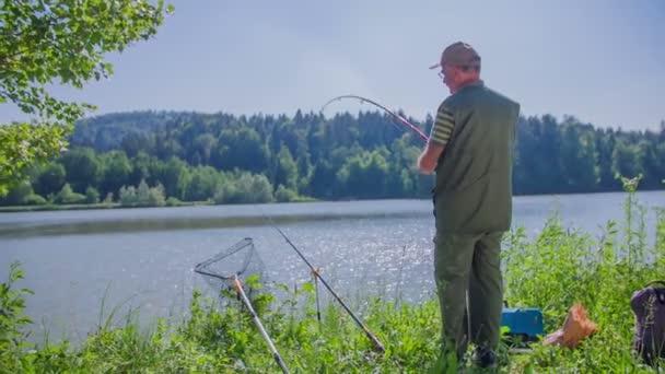 rybář je rybaření na jezeře