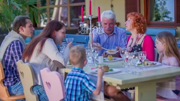 Rodina se těší jejich oběda