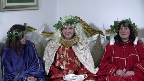 Old angels in baroquesque clothes