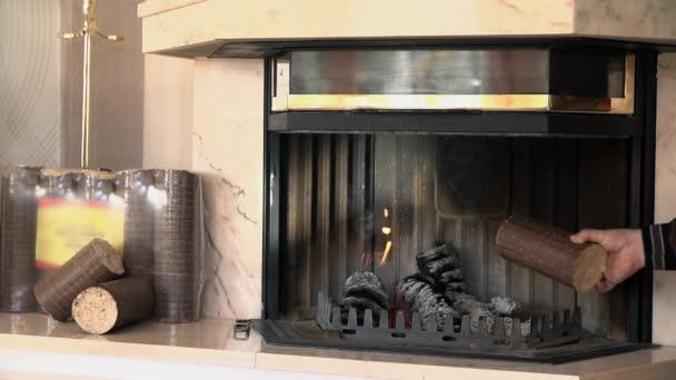 Uvedení obrovské brikety do ohně