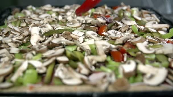 A tészta egész összetevők hozzáadása