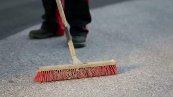 Muž zametá podlahu