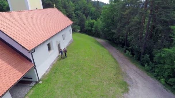 Paar betritt die Kirche durch den Seiteneingang