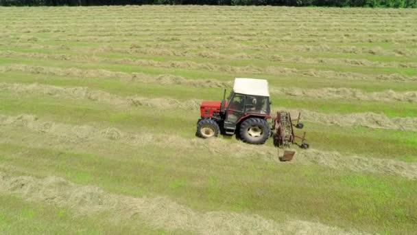 Traktor je pracuje na poli