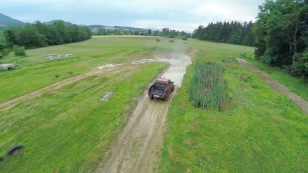 řidič pick-up na Terénní jízdy na cestě krajinou