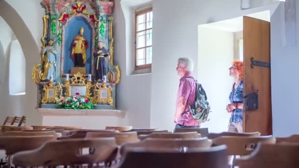 Älteres Paar geht in die Kirche