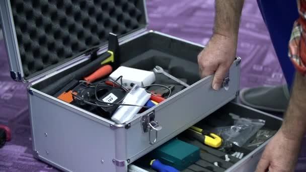 Přičemž šroubovák z nástrojů