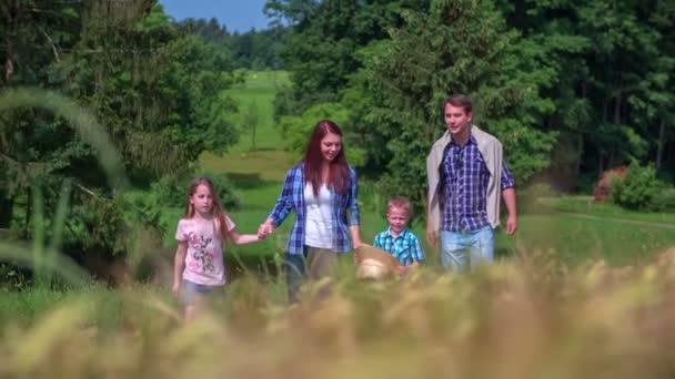 Rodina je mávat při chůzi