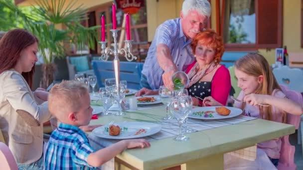 rodiny se sedí u stolu