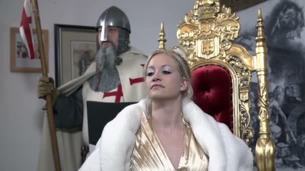 Herrin mit einem Ritter auf dem Rücken