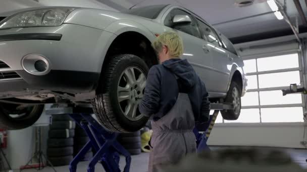 pracovník kontroly pneumatik v garáži