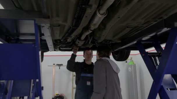 mechanik mluvící woth odběratele
