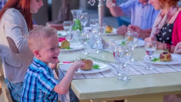 Mladý chlapec sedí u stolu