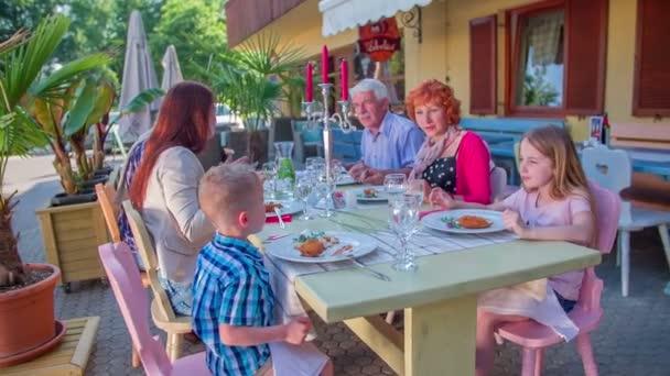 Rodina je jíst oběd mimo