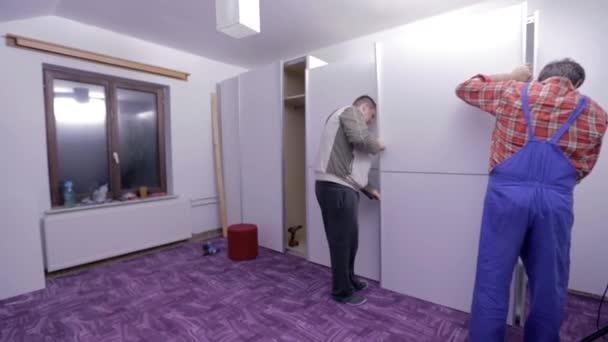 Männer haben neue Möbel Montage