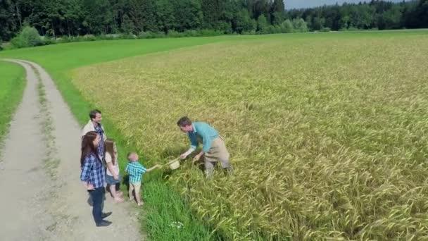 farmář a rodina poblíž pole