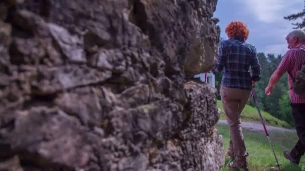 Pěší turisté dosáhly vrchol kopce s církví na něm
