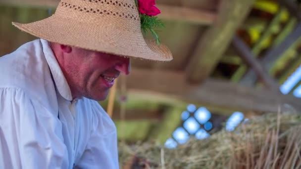 muž s kloboukem pečlivě pracuje