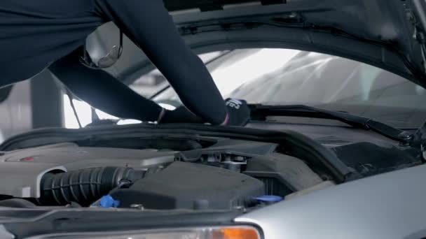 Muž, měnící auto sklo