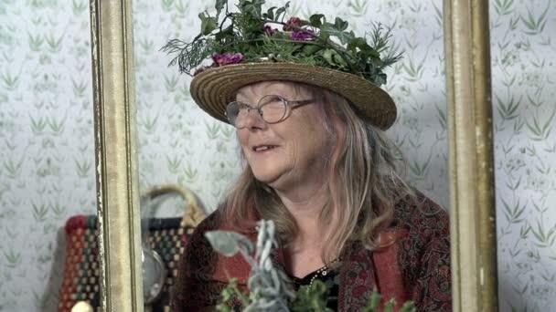 Dame mit extravagantem Hut