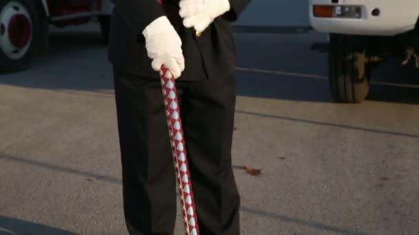 Hasič s vlajkou v ruce