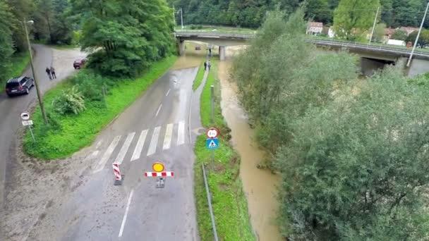 Nápis pro uzavřenou silnici s vozem uvázl ve vodě