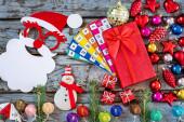 Vánoční ozdoby s hvězdami, ozdoby a jedle na modrém stole pozadí. Nový rok koncepce.