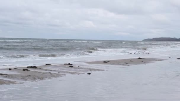 am Ostseestrand ist im Winter stürmisches Wetter
