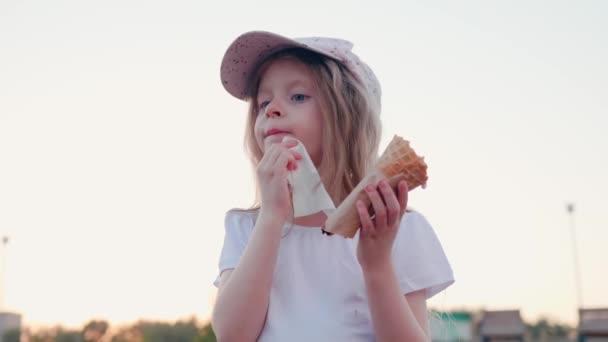 gyermek törli arc fagylalt kültéri