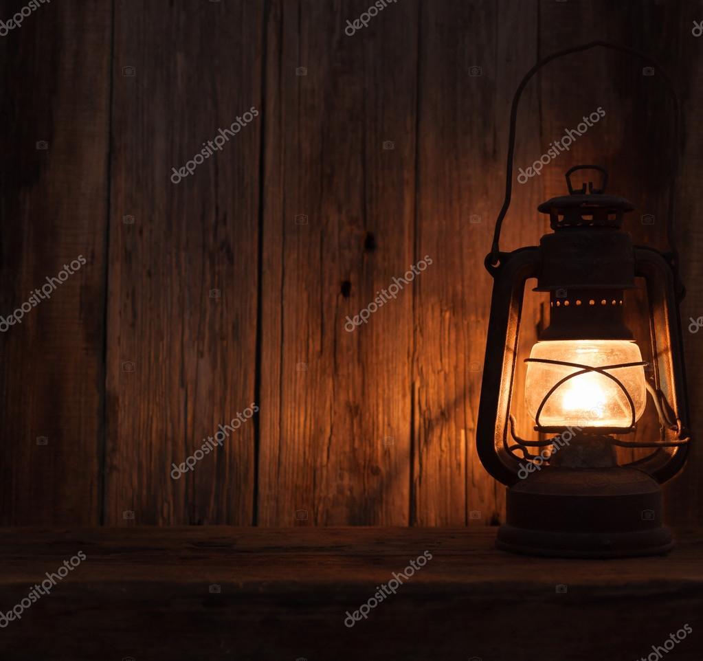 랜 턴 램프 빛 어두운 나무 벽 테이블 배경 — 스톡 사진 © izuboky ...