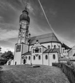 Schöne Aussicht auf das historische Kloster Andechs im Sommer an einem sonnigen Tag, Landkreis Starnberg, Oberbayern, Deutschland