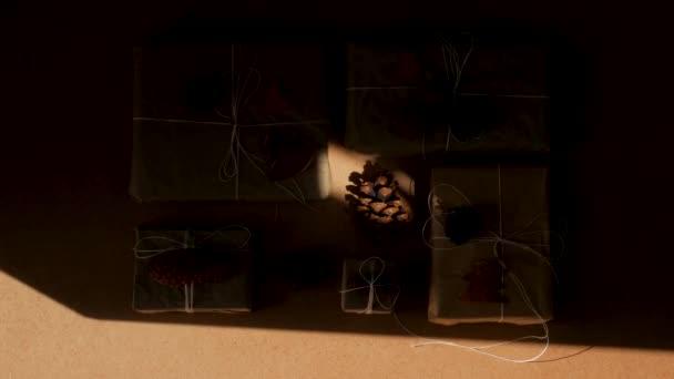 Nulový plýtvání Vánoční kopání ploché ležel s tvrdými stíny 4K. Ručně vyrobené eko dárky přírodní novoroční juta dekorace. Papírový obal Kraft bez plastové koncepce. Oranžové stromy, srdce a conestop pohled trendy video.