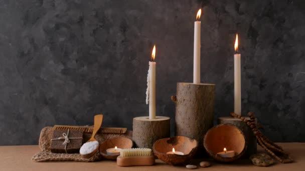 Spa wellness koncept nulového odpadu, přírodní dřevěné držáky svíček, kokosové skořápky, loupání pískovcové kávy, mořská sůl, ekologicky šetrný dřevěný hřeben. Čistý produkt koupelna masážní příslušenství set 4K