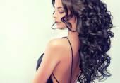 bruneta žena s kudrnatými vlasy