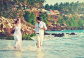 Fotografie Iinternational paar am Strand entlang laufen