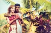 Fotografie Internationales Ehepaar, umarmen, draußen