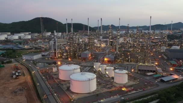 Luftbild Filmmaterial B Roll Leichtöl-Terminal ist eine industrielle Anlage zur Lagerung von Öl und Petrochemie. Öl produzierende Produkte. Kraftwerk. wenig Licht. Verfilmung b roll drone shot 4k.