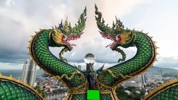 A B felvétel a Nágát vagy a kígyószobrot forgatja napkeltekor, mozgó felhőket és alkonyati égboltot. Időeltolódás mozgó felhők és ég. vallási fogalom. híres helyen utazás sriracha Thaiföld.