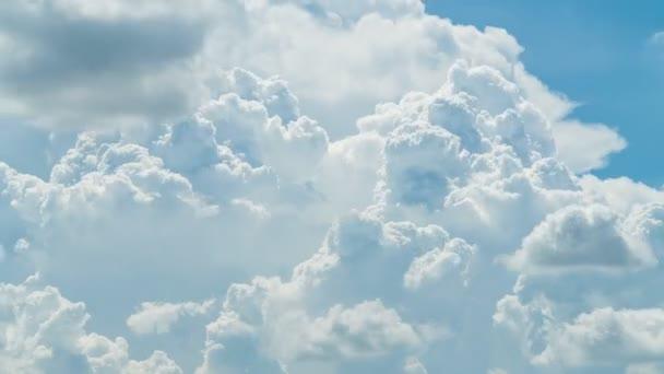 Abstraktní stavební pohyby mraků. Nadýchané bílé mraky nebeský čas vypršel. pomalu se pohybující mraky. B Roll Footage Cloudscape timelapse cloudy. Prostředí přírody Abstrakt. Pozadí svobody.