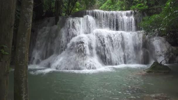 Záběr B role vodopádů v krásné přírodě. Magická voda padá na veřejné místo a slavný v Kanchanaburi Thajska. Huai Mae Khamin Vodopád - 7-patrový vodopád v národním parku.