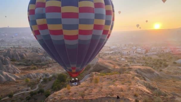 Kappadokien, Türkei: Luftballons am Himmel. Luftaufnahme