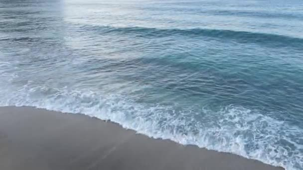 Moře při pobřeží - pohled zblízka na moře
