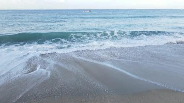 Vzdušný výhled na moře u pobřeží - detailní záběr na pobřežní pláň. Zpomalený pohyb
