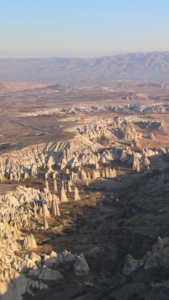 Kappadokia krajina letecký pohled. Krocan. Národní park Goreme. Svislé video