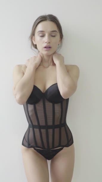 Vertikales Video. Mädchen in sexy Dessous. Zeitlupe.